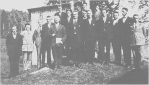 Sangen har tradisjoner i Tydal. I mellomkrigstida fans et mannskor som hadde lærer og klokker Bar do Rolseth som dirigent. Bildet er tatt i 1928 foran vedskjulet ved avholdshuset Breidahlikk.
