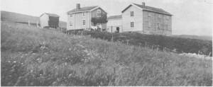 Bønsgarden med den nye hovedbygningafra 1902 til høgre. Sommerstua til venstre for denne er bygd ca. 1850. Bildet er trulig tatt i 1903.