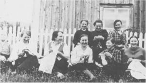 Sanitetsmøte hos Kari Aasdal. Bak fra venstre: Kari Aasdal, Helga Aunemo og Gjertrud Aasen. Foran fra venstre: Ingeborg Anna Østby, Marie Nygård, Amanda Hilmo, Serina (Stuesjø) Lien, Ella (Nyland) Jensvold og Johanna Haabet.