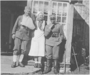 5. mai 1940 i Olagarden på Aune. Paula Høylo mellom to norkse krigere. (Bilde fra Odd Rygg: Kampene ved Garberg bru.)