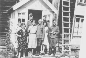 Tyskere på Kløften pensjonat der de bodde mens de frakta ved fra Gammelvollsjøen til Trondheim. Foran til venstre står vertinna Maren Kløften og hennes datter Lorentsie. Til venstre Kristine Kløften, og til høgre mellom to tyskere står Hjørdis Lauritzen. Bildet er tatt om høsten i 1942.