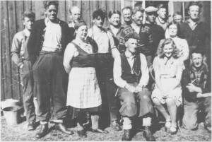Anleggsarbeidere og kokker 1943 — 44 under bygginga av Essand dam ved Esna.