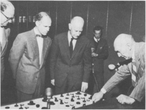 Fra åpninga av Nea kraftverk i 1960. Statsminister Erlander, overingeniør Einum, statsminister Gerhardsen og overingeniør Sehulerud starter maskinene.