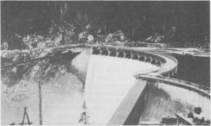 «Trondheim Elektrisitetsverks nyeste «kreasjon». Brudeslør over buete linjer», het det i TEVs egen presentasjon av Hegsetfoss dam. Slik kunne det også sies i 1962. Era bedriftsavisa Watt'n nr. 1, 1962.