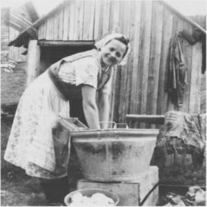 Klesvask før vaskemaskinens tid, utført av Ragnhild Østby (f. Græsli). Elektrisiteten betydde store lettelser i arbeidet til husmora.