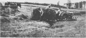 Slåttonn i Per-Hansagarden i 1939. Den første traktoren i Tydal blir tatt i bruk.