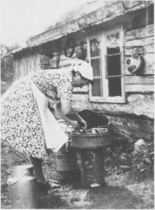 Separatorvask på vollen utafor setersjølet. Alt ble vaska i trebonker. Budeie (seterdeie) er Ellen Kløften, og bildet er fra Vessingvollen i 1956. Denne setra var i bruk lenge etter krigen.