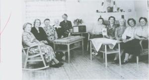 Styret i Sanitetsforeninga i 1960 samla på Helseheimen. Fra venstre Amanda Hilmo (leder i 32 år), Kari Berggård, Petra Rønning, Jenny Hilmo, Marie Nygård, Magda Gullbrekken, Olga Aas, Ingeborg Flaten, Berit Aas og Amanda Aas gård.