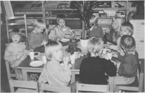 Ungene feirer at barnehagen er ti år i 1988. (Foto Selbyggen.)