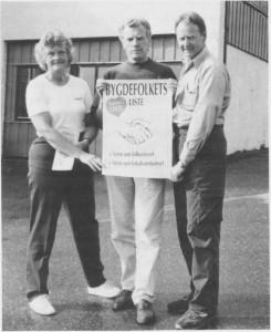 Etter Bygdelistas valgseier i 1987, ble Erling Lyngen ny ordfører. Lyngen var da skolesjef, og tre av hans forgjengere i ordførervervet har også vært lærere. Ordføreren er her flankert av formannskapsmedlemmene Lis Nygård og Bersvend Græsli. Alle tre stilte opp på nytt igjen på Bygdefolkets liste i 1991, og ble også gjenvalgt. (Foto Selby ggen.)