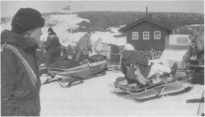 Tydal snøseooterklubbs pensjonisttur til Ramsjøhytta 15. april 1989. 20 snøseootere hadde med hver sin passasjer. Sanitetsforeninga var vertskap på hytta.