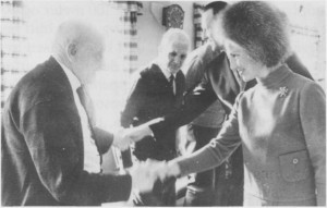 Kronprinsesse Sonja og kronprins Harald var gjester under første del av NM i Tydal og overnatta på Neatun. Kronprinsparet var også til stede på «Tydalskveld» på Gimle, og tok seg tid til et besøk på Helsehuset. Sivert P. Græsli overrakte et handlaga smykke til kronprinsesse Sonja. Mellom disse ser vi Per Åsberg og kronprins Harald.