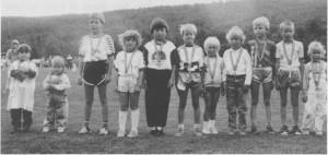 Det er tydeligvis ikke noe i vegen med rekrutteringa til idretten. Disse smårollingene har deltatt i Tydalseupen i fotball i 1988. (Foto Selbyggen.)