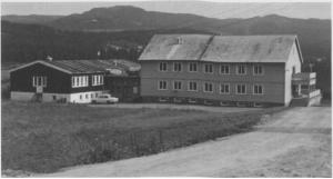 Helsehuset sto ferdig i 1954, og tilbygget (t.v.) i 1962.