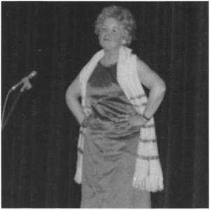 Ragnhild Aas (f. Lien) var første kvinnerepresentant i Tydal kommunestyre. Ho var da butikkdame, men har siden vært bibliotekar. Ragnhild har laga mange revyinnslag, og bildet viser henne i aksjon på Tydalskvelden under NM på ski 1972. Ragnhild Aas ble tildelt kommunens første kulturpris i 1983.