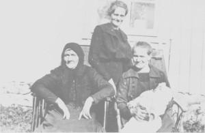 Fire generasjoner fotografert i 1920. Oldemor Beret Pedersdatter Østby (1842— 1923) fra Bønsgarden hadde tolv barn. Bestemor Magli Jonsdatter (1867-1938) hadde åtte barn, og har her barnebarnet Oddmund (Lien) på fanget. Han var eneste barnet til Ragnhild Lien (f. Ane 1887-1971) som står bakerst.