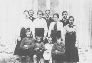 Barna til Jon Berntsen og Kari Pedersdtr. Hilmo. Foran fra venstre: Kasper, Gustav, Julie og Håkon. Midterste rekke: Ragnhild, Inga, Anna og Ingeborg. Bakerst: Per, Ola og Bernt. (1919)