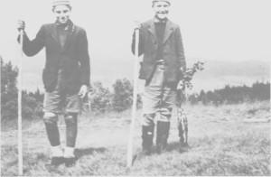 Brørne Bernt og Jostein Gullbrekken kommer tilbake etter fisking i Hena. Bildet er tatt i 1949.