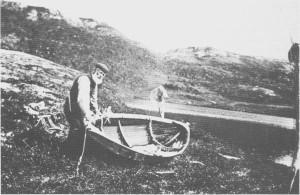 Jakt, fangst og fiske lokket de første menneska til Tydal og ble leveveg for de som slo seg ned her. Senere ble dette viktige attåtnæringer. Fremdeles kommer mennesker til Tydal for å gå på jakt, fiske i sjøene og i de mange småvatna eller bare for å oppleve naturen. På bildet ser vi Lars Næsvold som skal ut på fisketur på Langfallsjøen i 1915.