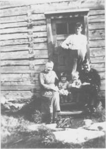Ingebrigt og Petra Storset med barna Margit og Jonas. Til venstre Petras søster Ingeborg Johanna Østbyhaug.