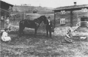 Fra tunet i Gjerdesenget {1927). Fra venstre: Antonie, Albert Martin og Anna Petrine Græsii.
