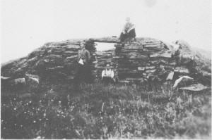 Dette bildet av den gamle Nedalsstugan på svenske Nedalen er tatt i 1946. Stua ble bygd for de reisende i pilegrimstida. Senere ble den overnattingsstedfor folk som kjørte varer til og fra Ljungdalen. Det var stall under til hestene og mannskapsrom ovenpå. Personene på bildet er fra venstre Jon Røset (Selbu), Gustav Henmo og Birger Lian.