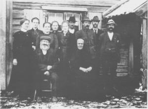 Ingebrigt Larsen og Maren Amesdtr. Aune med 9 av barna. Bak fra venstre: Ragnhild, Ingeborg, Kari, Anne, Johanna Elisabeth, Ingebrigt Martin, Johannes, Ame og Lars. (Ca. 1920)