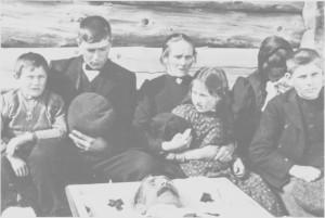 Barn og kone tar farvel med Lars Aas i 1913. Fra venstre Petter, Albert, Petronelle, Berit Marie, Ingeborg og Edvard.