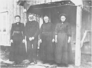 Jon Andersen og Berte Larsdt. Aunehaug med dot rene Beret (til venstre) og Ragnhild, (ca. 1913)