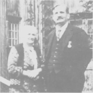 Olaus Aune (1865—1958) var ordfører i fire perioder fra 1908 til 1920. I 1935 fikk han kongens fortjenstemedalje i sølv for sitt lange virke i mange kommunale verv. Ellers var han også kjent som felespeller. Til venstre hans kone Johanna.