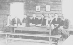 Skolestyremøte i Breidablik under eller like etter første verdenskrig. Fra venstre Jens P. Jensvold. Bardo Rolseth (lærer), Ingebrigt Kirkvold, Jon Næsvold, Ola J. Hilmo, Hans Svelmo, Bernt Hilmo (lærer) og formann i skolestyret Peder H. Svelmo.