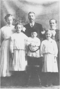 Ole Olsen og Ingeborg Bemtsdtr. Hytmo med barna (fra venstre): Guri, Anna, Olav og A molda. (ca. 1910).