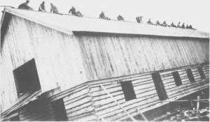 Taktekking av nyfjøset på Henmo Vestre i 1928. Som vi ser krevde dette arbeidet mye folk. og ofte ble slikt arbeid utført på dugnad.
