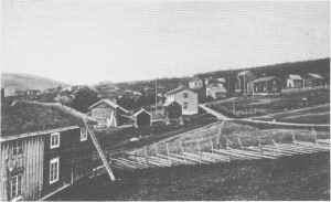 De eldste gardene lå gjerne høgt oppe i lia. Den opprinnelige Halvorsgarden, som trulig var eldste garden i Ås, lå ved vegen bak det siste huset som vises på bildet. Dette er tatt fra nåværende Esso-stasjon mot vest i begynnelsen av 1900-tallet.