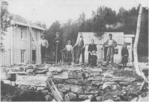 Grunnmuren til fjøset på Solhaug tar form. Fra venstre Tarald Rønning, Svend Unsgård, Leif Uglem, Tomas Rønning, Kristine Uglem med sønnen Asbjørn, Henrik Kåsen og Audhild Uglem.