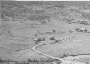 Fra venstre Stuedal Nedre (Negarden) og Stuedal Øvre (Oppgarden). Forsvarsskansen mot svenske angrep ses midt på bildet. (1963)