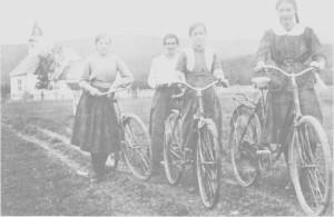 Sykkelen var et stort framskritt da den kom, og satte ikke så store krav til vegene. Disse fire jentene er fotografert ved Tydal kirke 29. august 1919. Fra venstre Borghild og Bergliot Aune, Marie og Solveig Lysholm.