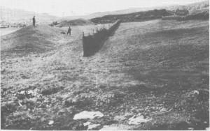 Skansen ved Stugudalsgarden var en forsvarsvoll som ble bygd i slutten av 1600-tallet. Lengste jordvollen var ca. 100 meter lang og fem meter høg. Bildet er tatt i 1933, og skansen var da mer synlig i terrenget enn den er i dag.