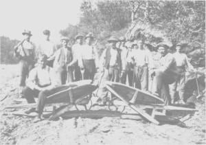 Arbeidslag på Stugudalsvegen 9. juli 1919. Arbeidet foregikk med hakke, spade og trillebåre.