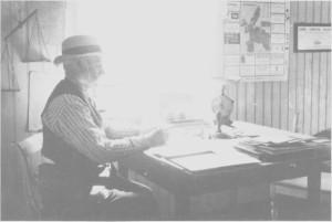 Peder Jonsen Østby (Klokkar-Per) på Tydal postkontor ea. 1920. Kontoret var på loftet i sommerstua i Bønsgarden.