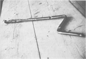 Denne slipestensåsen er sammensatt av to børse-piper som er funnet etter Armfeldts soldater. Den tilhører nå bygdemuséet i Tydal og har vært i bruk på Sersjant garden i Gresli.