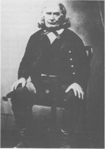 Dette er kanskje det eldste portrettbildet som fins av en tydaling. Bildet er tatt ca. 1855 og viser Hans Pedersen Stuevold, f. 1787 og død 1871. Han var gift med Ingeborg Olsdatter Gresli, og de fikk i alt 11 barn. To av dem døde som spebarn. Ett av barna ble den kjente presten Ole Stuevold Hansen som bl.a. har skrevet «Bygdefortellinger» (1873).