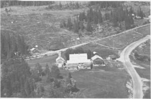 Flyfoto av Stor-Brekka tatt i 1963. Her bodde den første skolemesteren i Tydal Svend Hellein, midt på 1700-tallet. Eiendommen er gitt til Tydal kommune og er nå museumsområde. På bildet ser vi både gamlevegen (ovafor husa) og ny vegen.