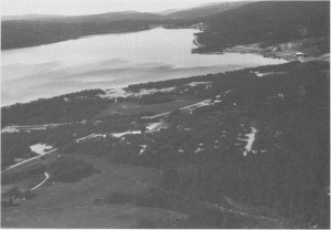 Flyfoto av Stugusjøen tatt i 1982. Til høgre ser en de to Stuguvollgardene.