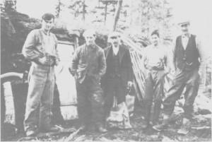 Et skogslag foran ei jordkoie i Kubjørga i 1935. Fra venstre Jon Lian, Jon Lien (Selbu), tømmermåler Bersvend Græsli, Ola 1. Græsli og Lars Eggen.
