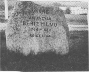 Tydals mest kjente tekstilkunstner er blitt hedra med denne minnesteinen som står på kirkegården på Aune.