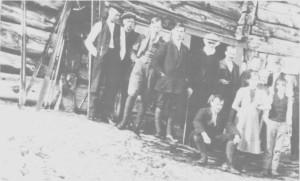 - Påsketurister og grendefolk på Stugudal nedre i 1913 eller 1914.