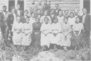Ungdommene fra Aune foran ungdomshuset som ble bygd i 1914.