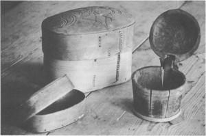 Ei stor og ei lita smørøskje. Den minste har årstallet 1677. Til høgre en lagget smørkopp med lokk. Gjenstandene hører til i bygdemuseet.