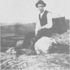 Kasper Østby (1896-1933) var en populær dansemusiker. Han komponerte også låter. Her raster han på fjellet på heimtur fra Kjøli ea. 1925.